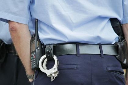 警察官と手錠