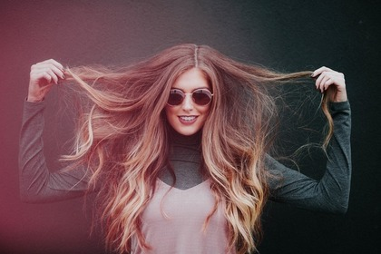 髪を持って喜ぶ女性