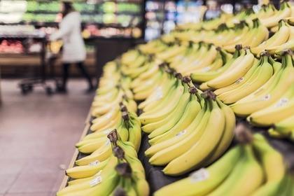 スーパーに並んでいるバナナ