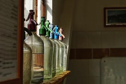 ペットボトルが並ぶ