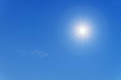 晴れた日の太陽と青空