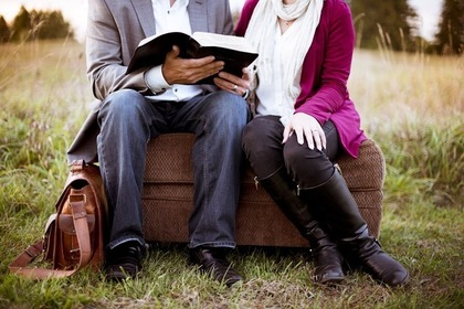 一緒に本を読む男女