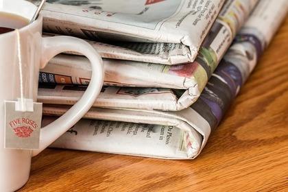 マグカップと新聞