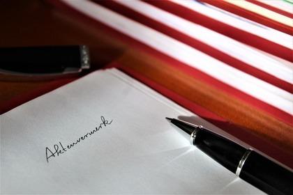 5つのファイルと紙とボールペン