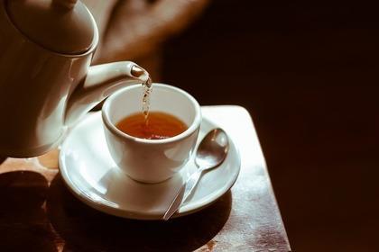ティーポットからお茶を注ぐ