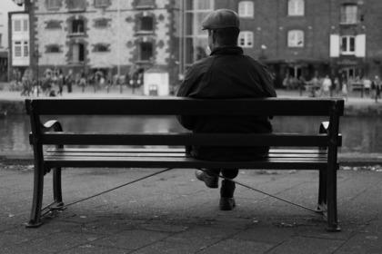 ベンチに座って待っている人