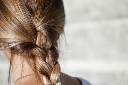 三つ編みヘアの女性