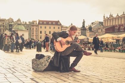 広場でギターを弾く
