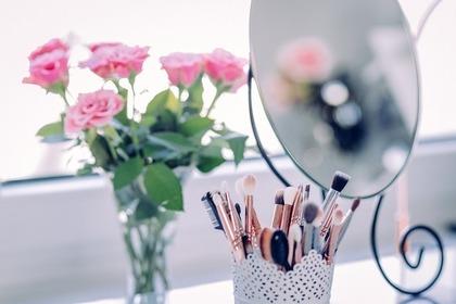 バラの花と鏡