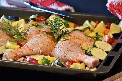 オーブンの天板に乗ったチキンと野菜