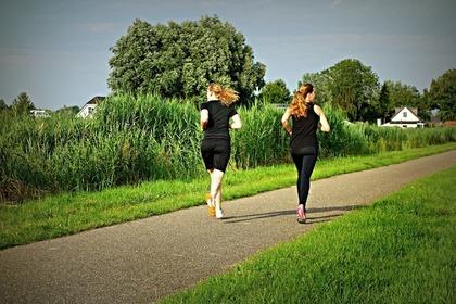 ジョギングする2人