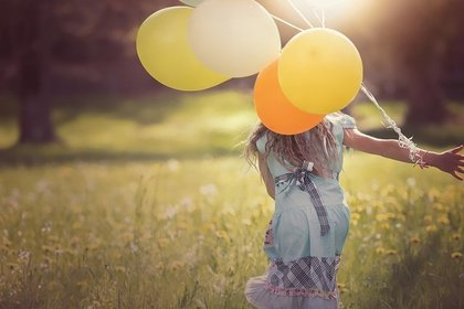 風船を持って走る女の子