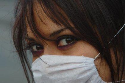 マスクをつけた女性画像