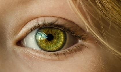 綺麗な色の目をしている女性