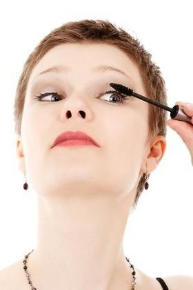 上まつ毛にマスカラを塗る女性