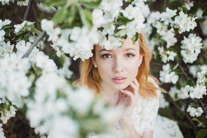 花の中にいる女性