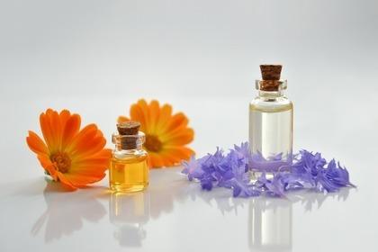 花とオイルの入った瓶