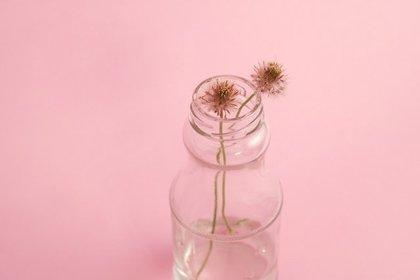 ミニボトルに入れられた2輪の花