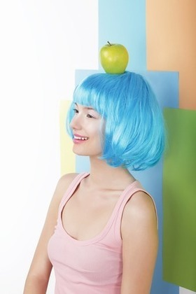 頭にリンゴを乗せるブルーヘアの女性