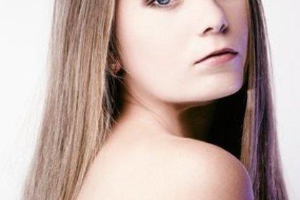 振り向く長い髪の女性