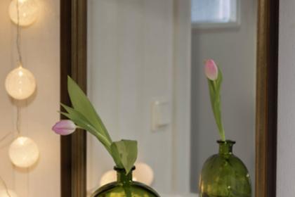 鏡の前の花瓶