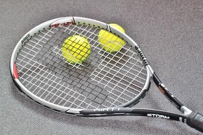 ラケットと2つのテニスボール