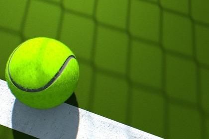 コートに置かれたテニスボール
