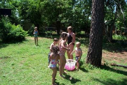 水風船で遊ぶ人たち