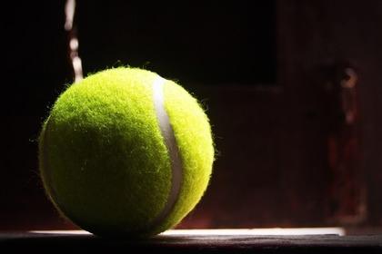 暗い場所に置かれたテニスボール