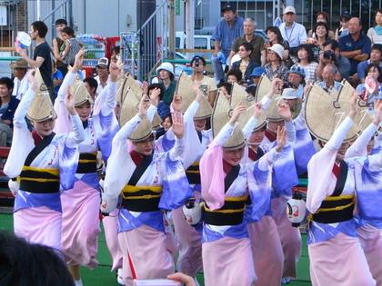 阿波踊りを多る女性達