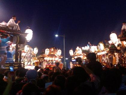 混雑している祭りの会場