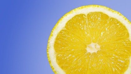 半分カットされたレモンの断面
