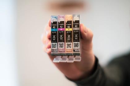 キャノンの4色のインクカートリッジ