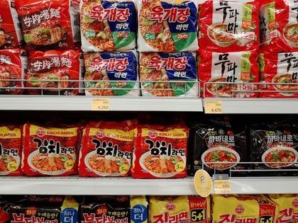 スーパーの棚に並んだ韓国インスタントラーメン