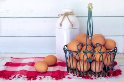 カゴに入ったたくさんの卵