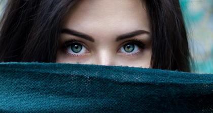 綺麗な青い目をしている女性
