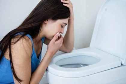 トイレを見ている女性