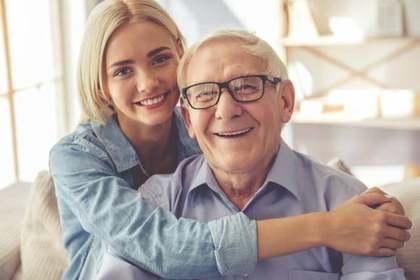 おじいちゃんに寄り添う女性