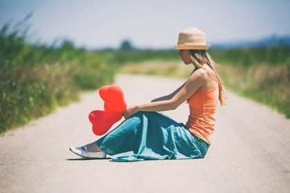 道に座っている女性