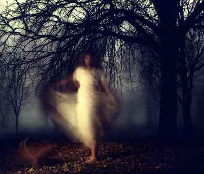 霧の中の女性