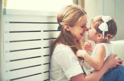 白いリボンの女の子と母親