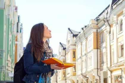 一人旅をする女性