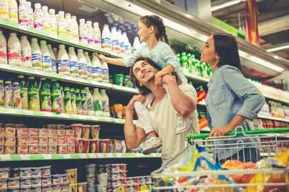 買い物を楽しむ家族