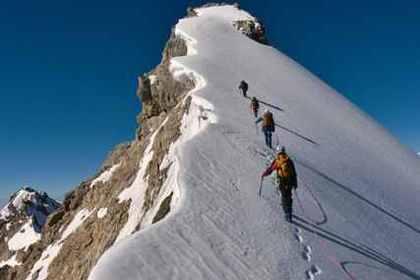 雪山を登山している人
