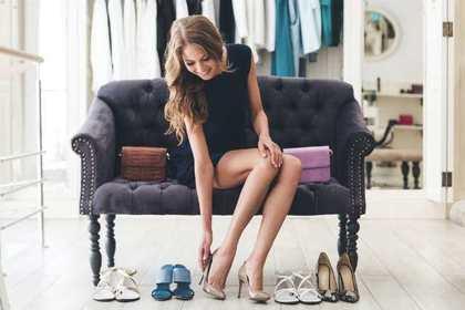 靴を試している女性