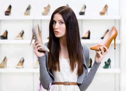 靴を持つ女性