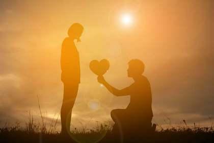 女性の手を握る男性の手
