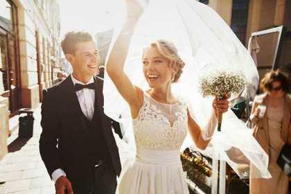結婚する2人