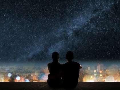 星空を見上げるシルエット