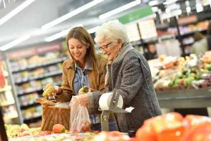 スーパーで買い物をする女性二人